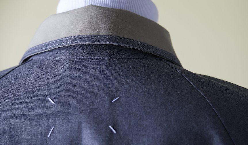 Maison Margiela与Mackintosh 的合作款,颈后是Margiela标志性的标签缝线